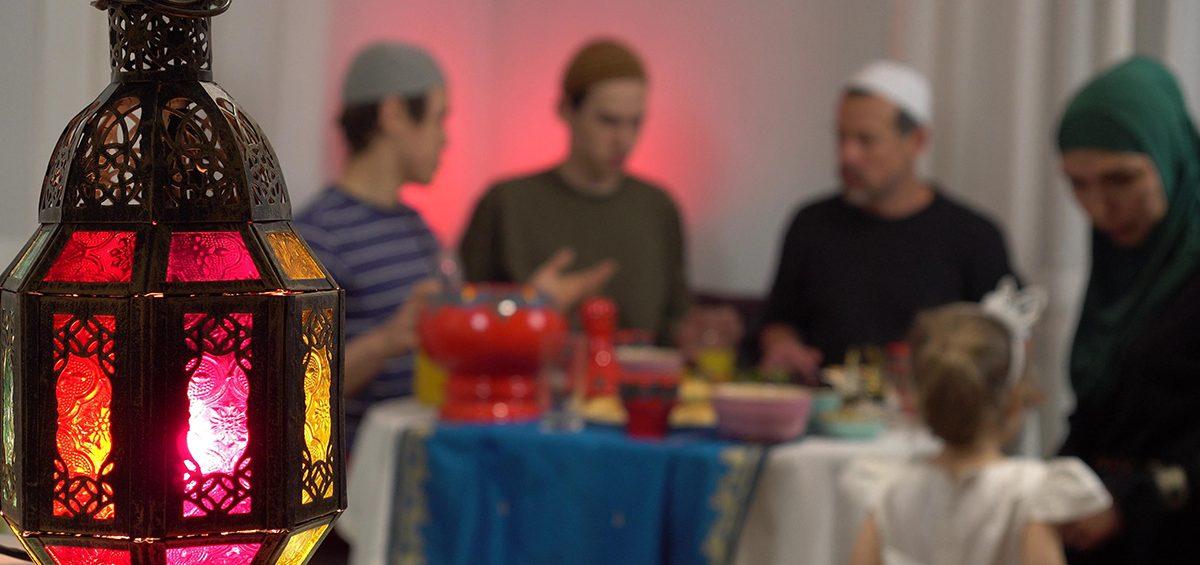 family eating ramadan